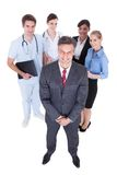 Hombre de negocios delante de trabajadores profesionales Fotos de archivo