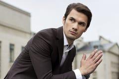Hombre de negocios delante de una imagen de la acción del edificio Imágenes de archivo libres de regalías
