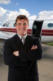 Hombre de negocios delante del aeroplano Imagenes de archivo