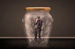 Hombre de negocios dentro de un tarro de cristal con concepto de los dibujos del relámpago Imagen de archivo libre de regalías