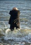 Hombre de negocios deprimido en el mar Foto de archivo