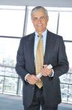 Hombre de negocios derecho con el periódico Foto de archivo libre de regalías