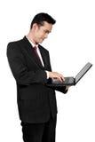Hombre de negocios derecho usando el ordenador portátil, aislado en blanco Imagen de archivo libre de regalías
