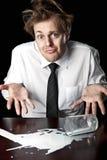 Hombre de negocios desamparado con leche derramada en la tabla fotografía de archivo