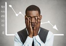 Hombre de negocios desesperado con el gráfico de la carta del mercado financiero que va abajo Imagen de archivo