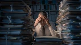 Hombre de negocios desesperado que trabaja tarde foto de archivo libre de regalías