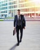 Hombre de negocios de Determinated que camina en la ciudad fotografía de archivo libre de regalías