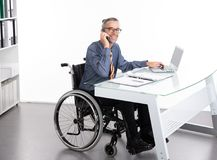 Hombre de negocios discapacitado en silla de ruedas Imagen de archivo libre de regalías