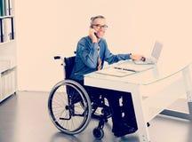 Hombre de negocios discapacitado en silla de ruedas fotografía de archivo libre de regalías