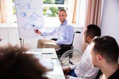 Hombre de negocios discapacitado Giving Presentation fotos de archivo