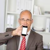 Hombre de negocios Displaying Mobile Phone imágenes de archivo libres de regalías