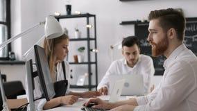 Hombre de negocios diverso Group Planning Start encima de Team Work en oficina creativa moderna almacen de video