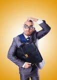 Hombre de negocios divertido del empollón contra la pendiente Imagen de archivo