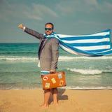 Hombre de negocios divertido en la playa Fotos de archivo libres de regalías