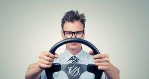 Hombre de negocios divertido en vidrios con un volante Foto de archivo libre de regalías