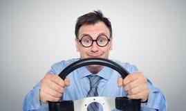 Hombre de negocios divertido en vidrios con un volante fotografía de archivo