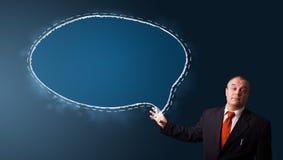 Hombre de negocios divertido que presenta el espacio de la copia de la burbuja del discurso Fotografía de archivo libre de regalías