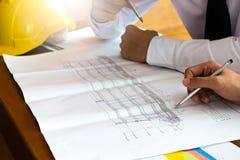 Hombre de negocios dos o el hablar y discusión del ingeniero con el sketche Imágenes de archivo libres de regalías
