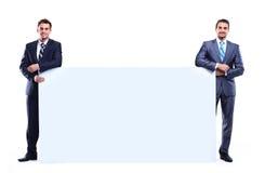 Hombre de negocios dos que muestra el letrero en blanco Imagen de archivo libre de regalías