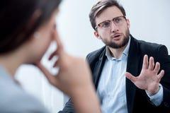 Hombre de negocios durante la sesión de la psicoterapia Fotos de archivo libres de regalías