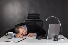 Hombre de negocios durmiente imagenes de archivo