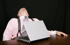 Hombre de negocios durmiente en su escritorio Imagen de archivo libre de regalías