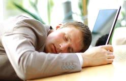 hombre de negocios durmiente en una oficina Imágenes de archivo libres de regalías