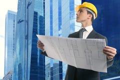 Hombre de negocios ejecutivo del arquitecto con plan Imagen de archivo libre de regalías