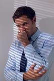 Hombre de negocios elegante con una tos contra la pared Fotografía de archivo