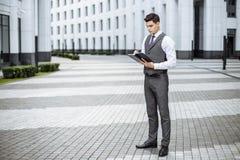 Hombre de negocios elegante en el ambiente urbano Imagen de archivo libre de regalías