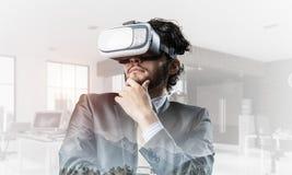 Hombre de negocios elegante hermoso que experimenta realidad virtual impresionante Técnicas mixtas fotos de archivo libres de regalías