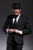 Hombre de negocios elegante que cierra chaqueta Foto de archivo