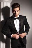 Hombre de negocios elegante que cierra chaqueta Foto de archivo libre de regalías