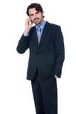 Hombre de negocios elegante que habla en su teléfono móvil Imagen de archivo libre de regalías