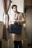 Hombre de negocios elegante que mira su reloj Fotografía de archivo