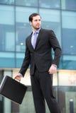 Hombre de negocios elegante que mira su reloj Imágenes de archivo libres de regalías