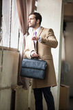 Hombre de negocios elegante que mira su reloj Imagen de archivo