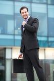 Hombre de negocios elegante que mira su reloj Imagenes de archivo