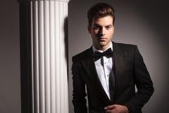 Hombre de negocios elegante que presenta cerca de fondo del estudio Imagen de archivo libre de regalías