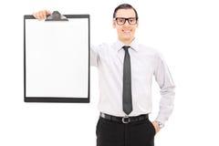 Hombre de negocios elegante que sostiene un tablero Imagenes de archivo