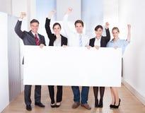 Hombre de negocios emocionado Holding Placard Imágenes de archivo libres de regalías