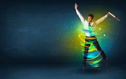Hombre de negocios emocionado que salta con las líneas coloridas de la energía Foto de archivo