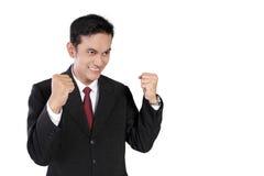 Hombre de negocios enérgico con los puños apretados, aislados en blanco Foto de archivo libre de regalías