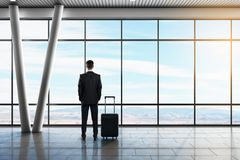 Hombre de negocios en aeropuerto fotografía de archivo libre de regalías