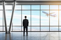 Hombre de negocios en aeropuerto foto de archivo