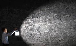 Hombre de negocios en búsqueda en oscuridad Fotos de archivo libres de regalías