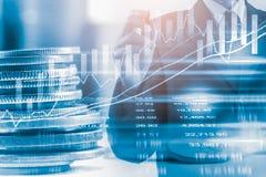 Hombre de negocios en backgroun comercial financiero del indicador del mercado de acción Fotos de archivo