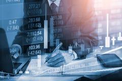 Hombre de negocios en backgroun comercial financiero del indicador del mercado de acción Imagen de archivo