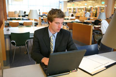 Hombre de negocios en biblioteca Foto de archivo