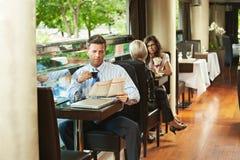 Hombre de negocios en café Fotografía de archivo libre de regalías